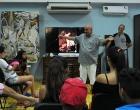 Diego Valdés, coordinador del CID (al centro) explica sobre la representación de la sexualidad en el arte.