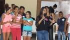 Claudia Catalá Solis (con el micrófono), estudiante de psicología, organiza el trabajo en grupos de los adolescentes