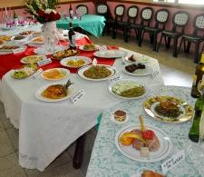 Mesa bufet preparada por los participantes