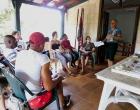 Luis M. Morales Álvarez, uno de los facilitadores del taller, habla, en la Casa de Cultura de Varadero, sobre el manejo de las finanzas
