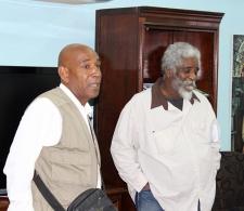 Alberto Abreu (izquierda) presentando a Víctor Fowler