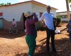 El Dr. Dawid Danilo Bartelt conversa con trabajadores agrícolas en la Finca El Retiro