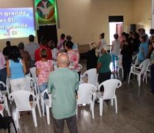 Durante el devocional, entonando el himno Cuan grande es Él