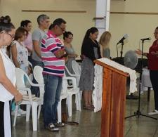 La Rev. Yamilka Hernández Guzmán, durante el momento de Oración final y Bendición