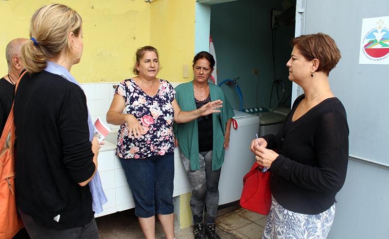 Representantes de ASDI conversando con asistentes de Pastoral para la atención a personas con necesidades especiales