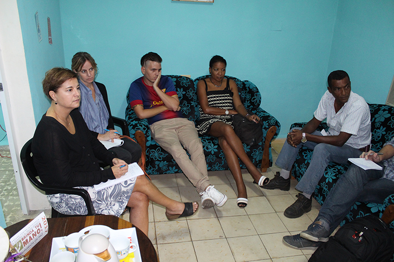 Representantes de la Agencia Sueca para la Cooperación Internacional (a la izquierda) conversando con beneficiados del Programa Psicopastoral