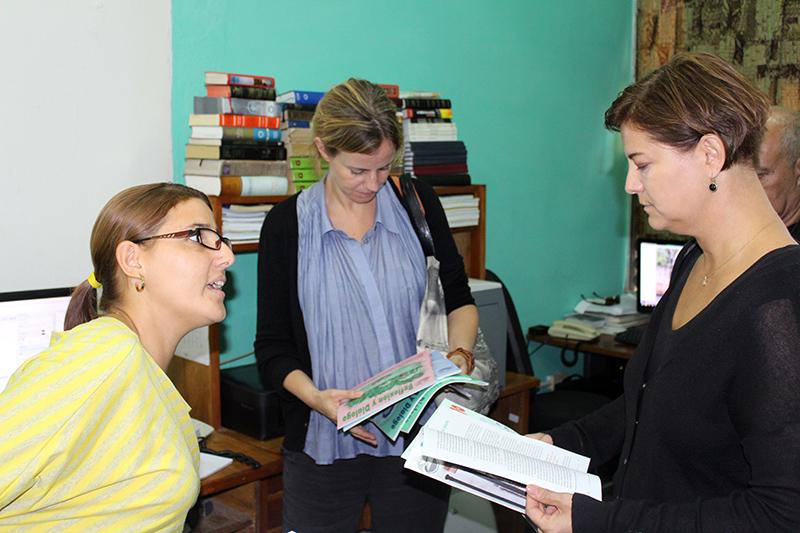 (de izquierda a derecha) Dianelys Gómez, coordinadora de Departamento Publicaciones de CCRD-C, Camilla Monsine y Ulrika Åhmark, representantes de ASDI