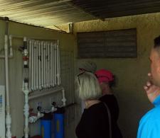 Representantes de la organización Living Water chequean el servicio de agua purificada