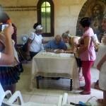 Reverendo Raimundo Autografiando su libro