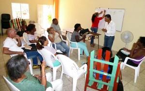 Amado Solá Gamboa, coordinador para el desarrollo local de la agricultura (al frente) dialogando con los participantes