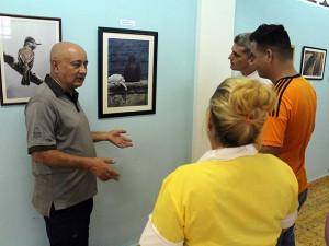 Público asistente disfruta de la muestra fotográfica. De frente, Diego Valdés, Coordinador del CID