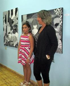 (de derecha a izquierda) La artista plástica Yanet Martín Hernández y su alumna Anadarvis Morejón