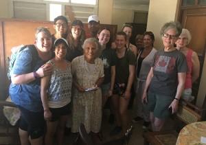 Grupo de la Iglesia Unida de  Woodlawn (IUW) visitando a beneficiaria de la Pastoral para la Atención a Personas con Discapacidad, Ancianos y (o) con Necesidades Especiales