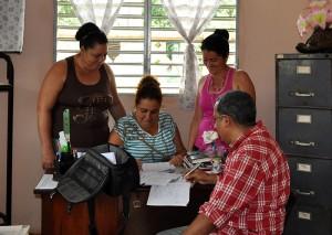 Yaquelin Chirino, directora del internado José Smith Comas (al centro) y sus colaboradoras, dialoga con Alfredo Rojas, especialista del Programa Académico del CCRD-C
