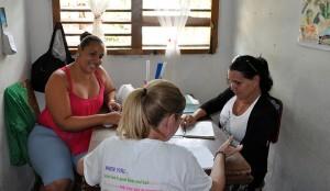 Anais Lima (derecha), directora de la escuela Joe Westbrook de la comunidad Smith Comas y Kailín Vargas secretaria (izquierda) conversan con especialista del Programa Académico