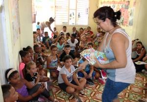 Evento Por la sonrisa de un niño desarrollado en Jagüey Grande. De pie, Alay González Ramos, pastora morava, una de la facilitadoras