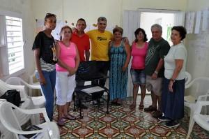 Al centro el psicólogo Frank A. Velázquez junto a líderes de la comunidad