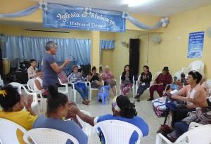 Taller Consecuencia del cuidado en las madres cuidadoras. De pie, psicólogo Frank Velázquez