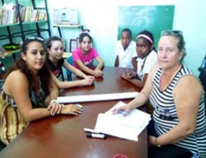 A la derecha, la Fiscal jefe de la Fiscalía de Varadero; a la izquierda, una de las trabajadoras del Hogar para niños sin amparo filial; al centro, los adolescentes