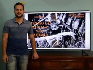 El artista Antonio Nores Hernández junto al cartel de presentación de la exposición