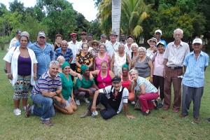 Visitantes del Hogar de Ancianos y la Casa de los Abuelos, junto a los trabajadores de la Finca El Retiro