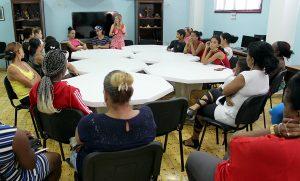 Encuentro de orientación a la familia. Al centro, psicóloga Rocío Fernández