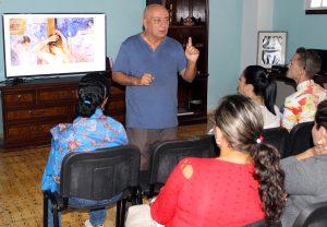 Diego Valdés, coordinador del Centro Cultural, combinó comentarios pictóricos con elementos biográficos