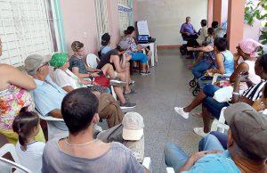 Taller Educación financiera para proyectos de vida. El líder comunitario Raúl González Rodríguez (al fondo) comparte sus experiencias