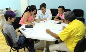 Emprendedoras consultan su plan de negocio con el especialista del CCRD-C Alfredo Rojas Donatién